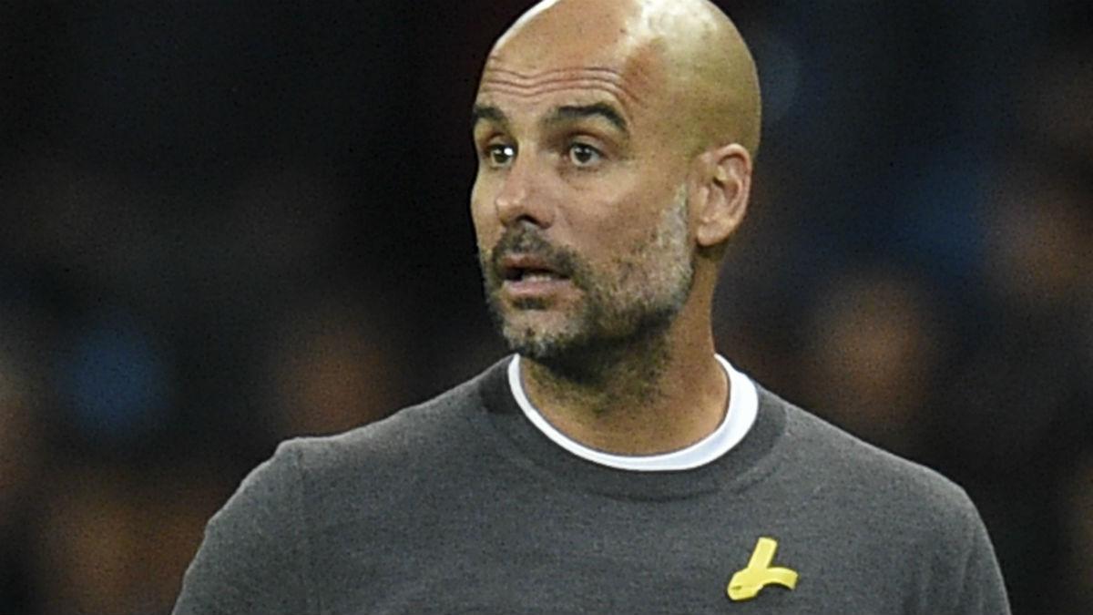 Guardiola luce el lazo amarillo en un partido. (AFP)