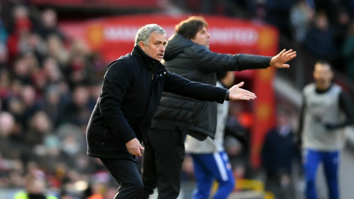 Mourinho y Conte dan instrucciones a sus jugadores. (Getty)