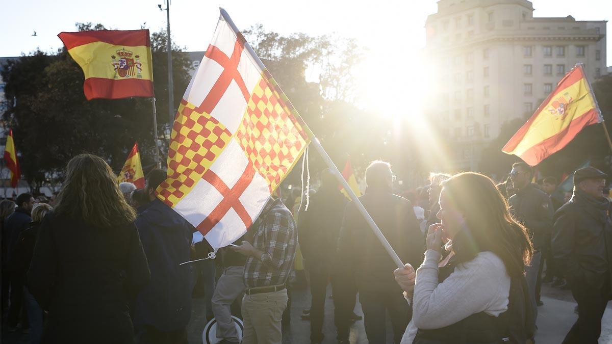 Ciudadanos de Barcelona con banderas de España y de Tabarnia (Foto: AFP)
