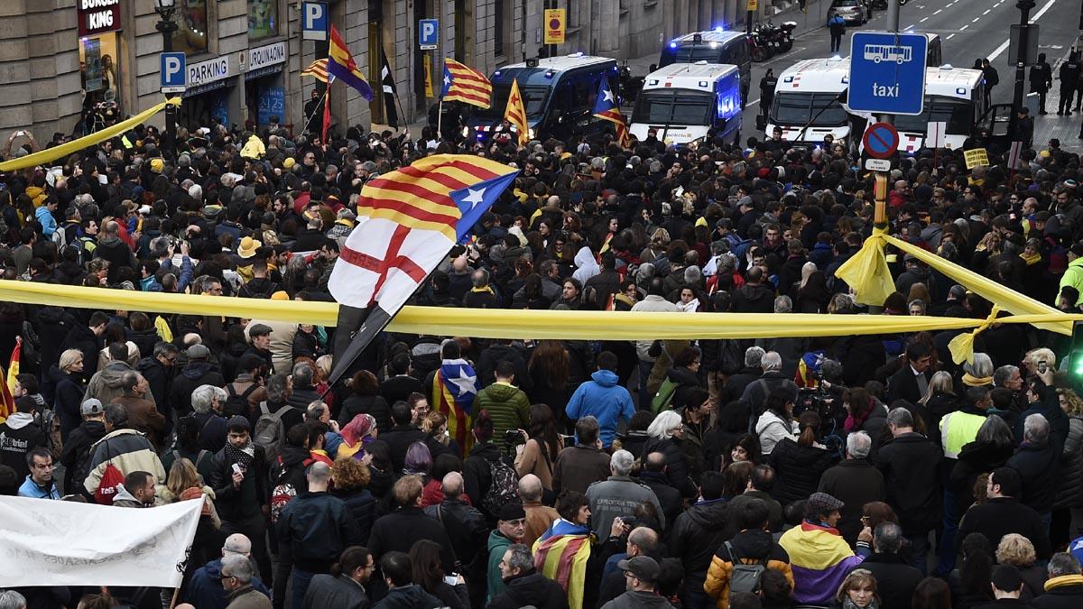 Protestas en Barcelona con motivo de la llegada del Rey Felipe VI al Mobile World Congress (Foto: AFP)