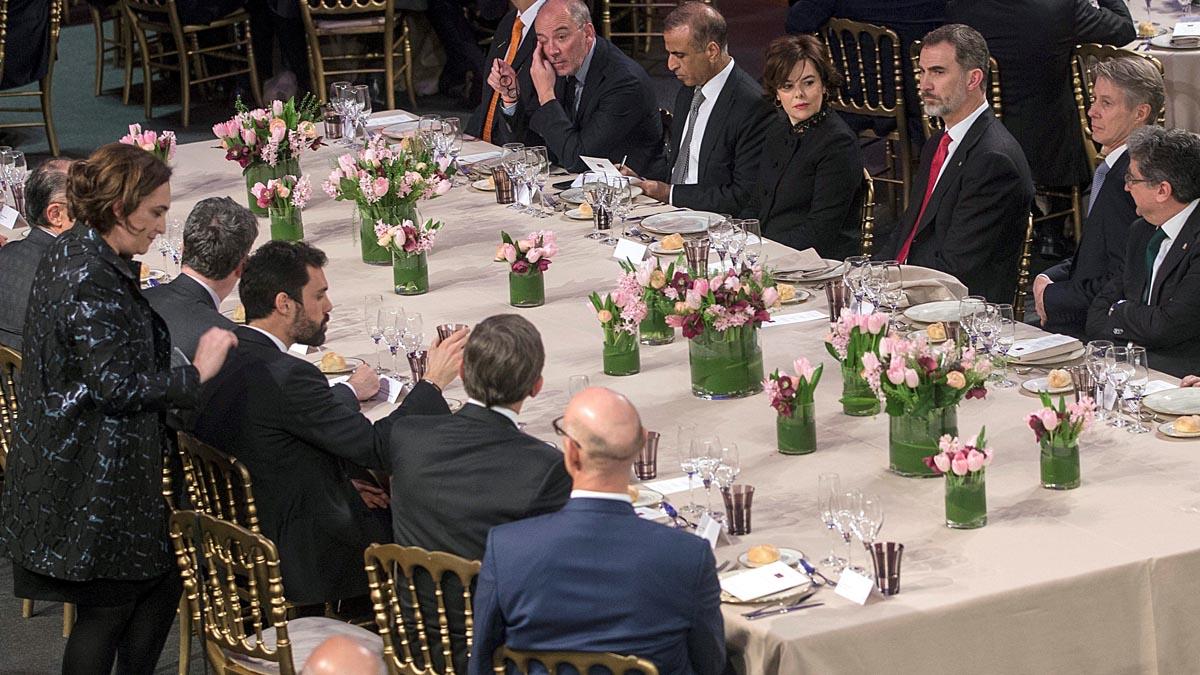 El Rey Felipe VI en la cena del Mobile World Congress junto a Soraya Sáenz de Santamaría, y con Ada Colau y Roger Torrent presentes. (Foto: EFE)