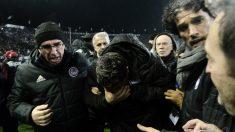 Óscar García se marcha del campo tras ser agredido. (AFP)