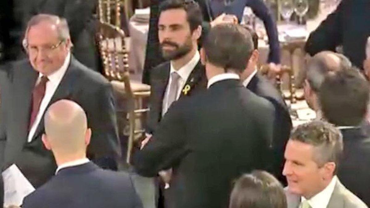 Roger Torrent con el lazo amarillo en la cena de inauguración del Mobile World Congress.
