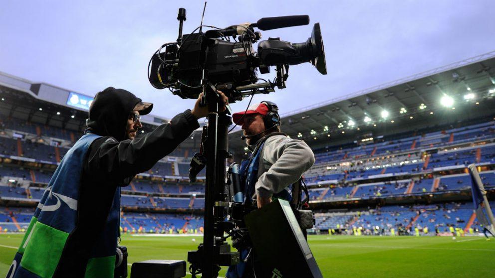 Un cámara de televisión, en un partido en el Bernabéu. (Getty)