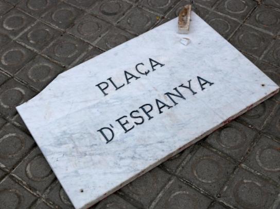 Placa de la plaza de España quitada por los separatistas y tirada al suelo en Manresa (Foto: Twitter)