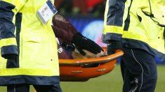 Neymar abandona el campo llorando y en camilla. (AFP)