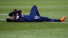 Neymar se duele en el suelo tras su lesión. (AFP)