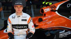 Vandoorne posa con su McLaren. (AFP)