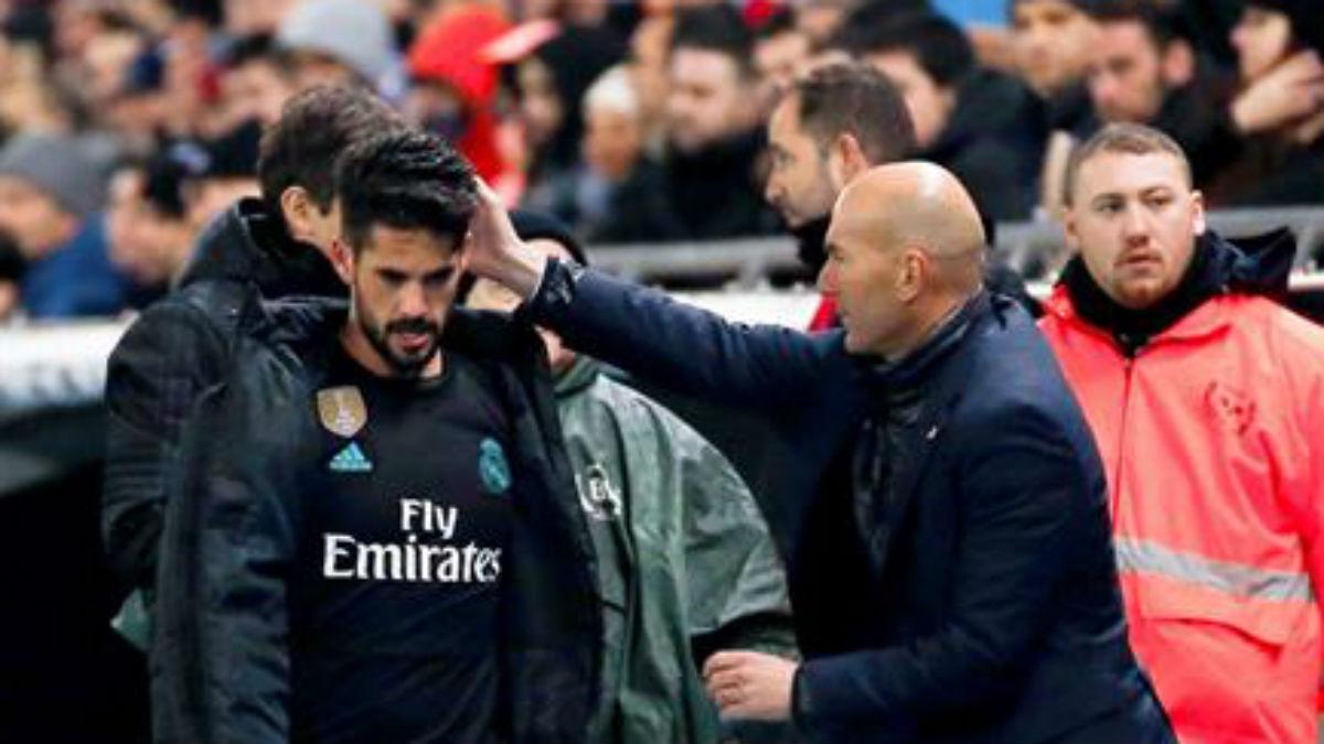 Isco, con Zidane, tras ser sustituido (EFE).