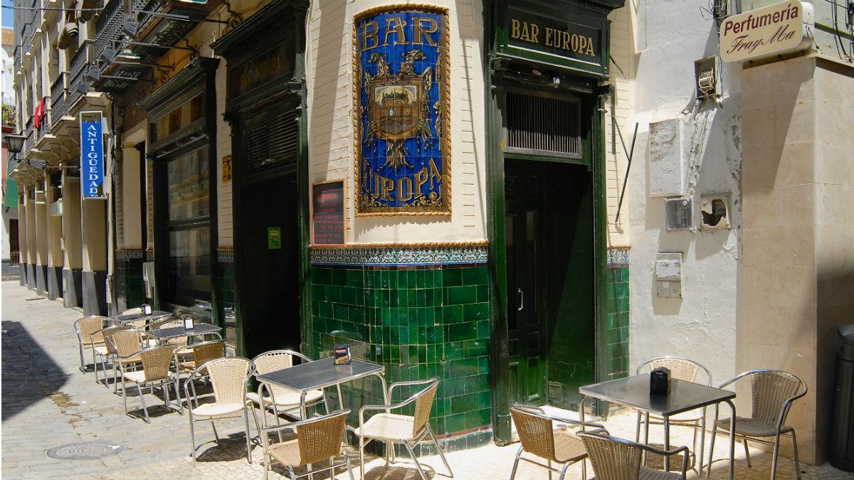 Fachada de un bar en Sevilla (Foto:iStock)