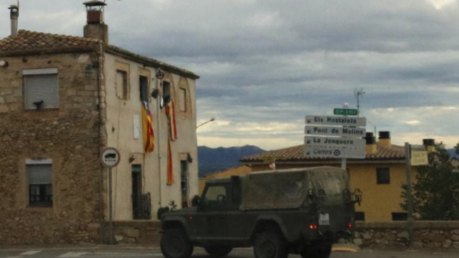 Un vehículo militar de maniobras en el Alto Ampurdán
