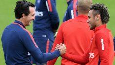 Emery saluda a Neymar en un entrenamiento. (AFP)