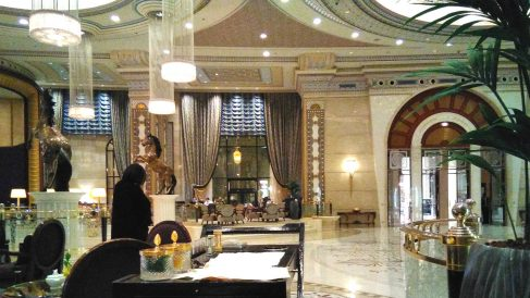 Una mujer consulta su móvil en una de las zonas del enorme vestíbulo del hotel Ritz Carlton de Riad, Arabia Saudí. (Foto: ADP)