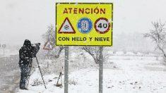 El temporal de nieve, hielo y avalanchas ha obligado al corte de varias carreteras. (EFE)