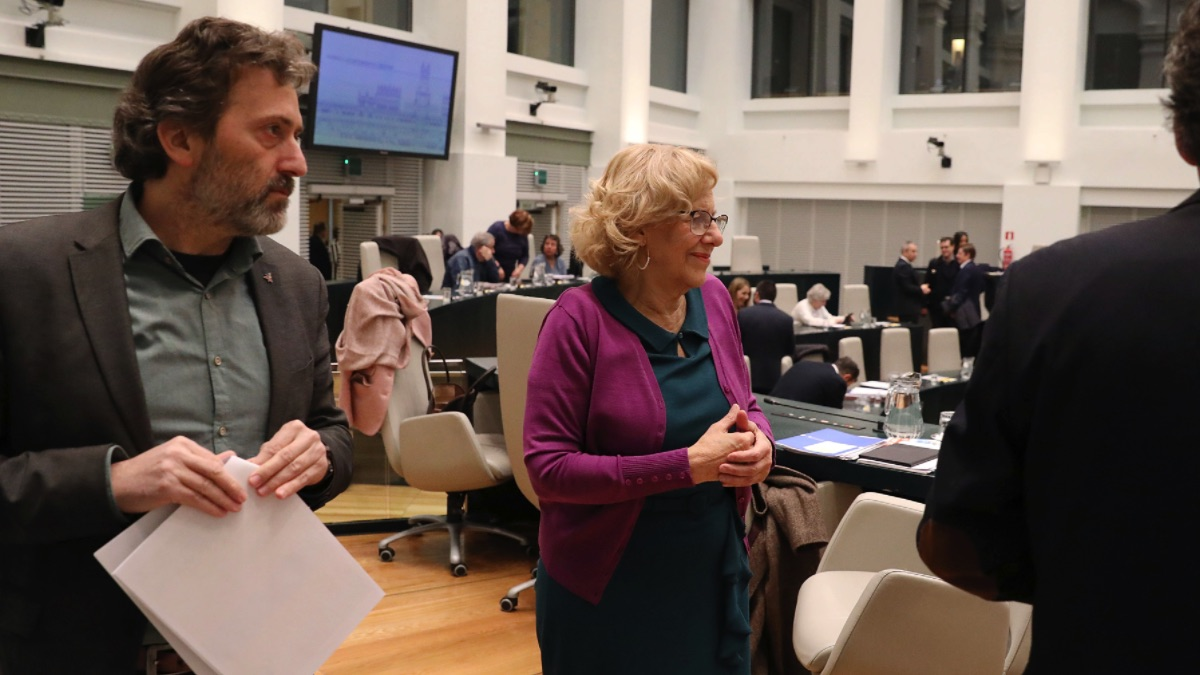 La alcaldesa en el Pleno junto a Mauricio Valiente. (Foto: Madrid)