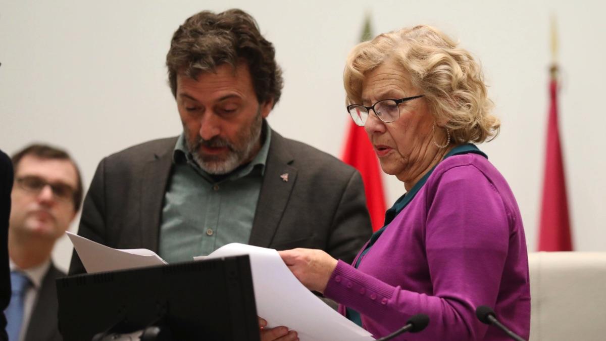 La alcaldesa Manuela Carmena junto al concejal responsable de Memoria Histórica. (Foto: Madrid)