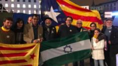 Independentistas andaluces con 'esteladas' en los previos de la marcha del 28-F (Foto: Twitter)