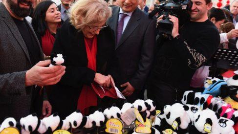 La alcaldesa sacando la cartera en un evento del Año Nuevo Chino. (Foto: Madrid)