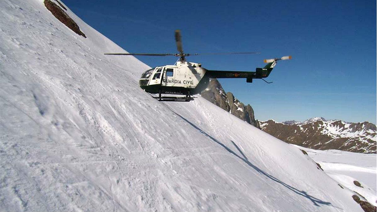 Un helicóptero de la Guardia Civil en un rescate en la nieve.