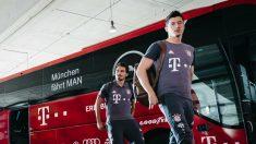 Lewandowski y Hummels bajan del autobús del Bayern. (Getty)