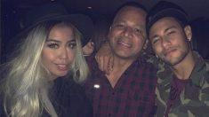El clan de los Neymar se fotografía en una fiesta.
