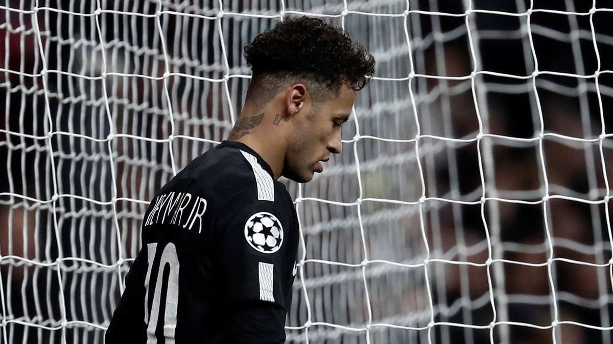 Neymar, cabizbajo durante el Real Madrid-PSG (Getty).