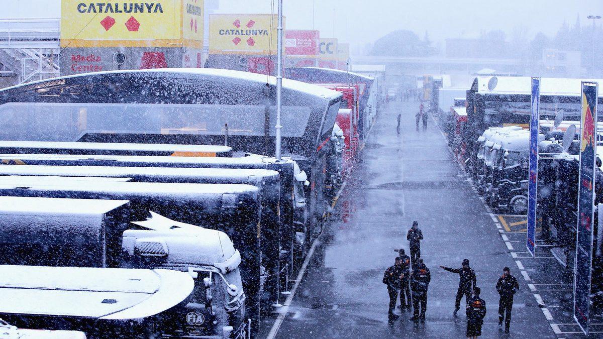 El paddock de Montmeló totalmente lleno de nieve