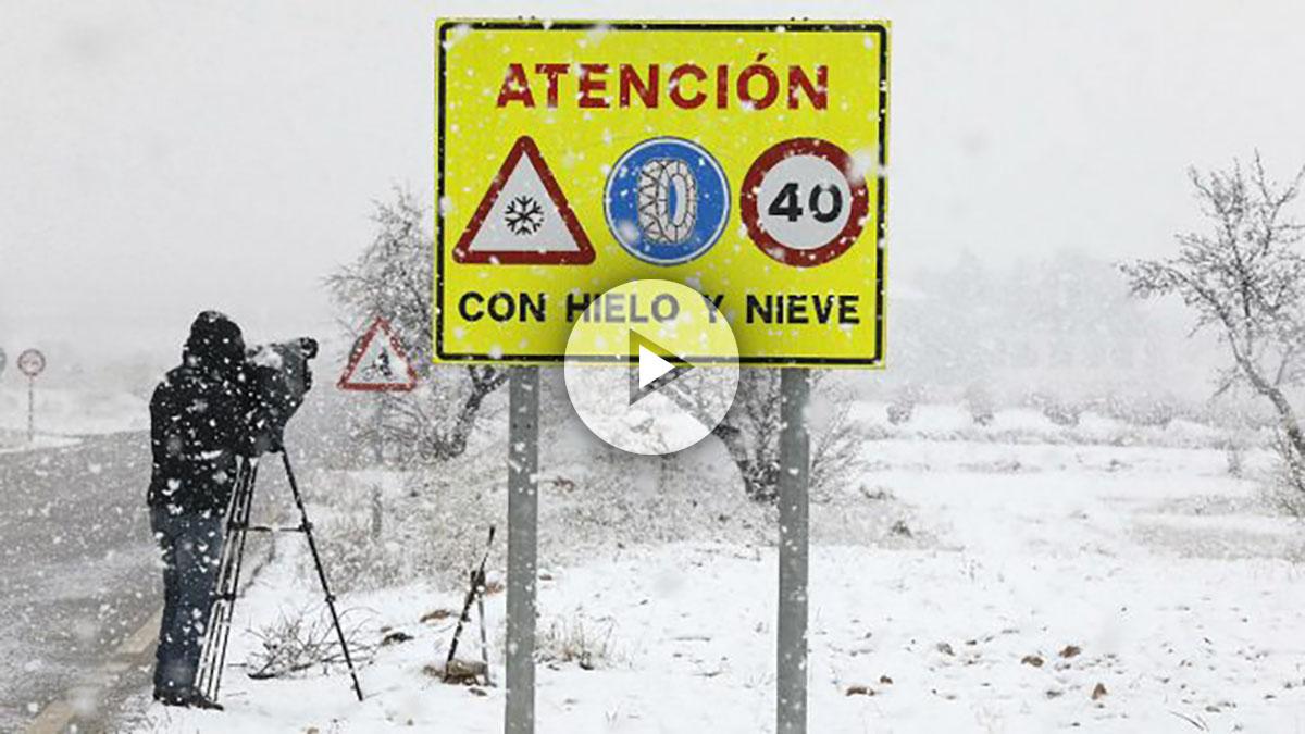 La nieve complica la circulación en algunas de las principales vías, según la DGT. (Foto. EFE)