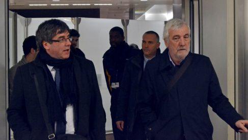 Carles Puigdemont y su amigo Josep María Matamala, en Bruselas (Foto: EFE).