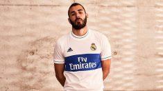 Benzema posa con la nueva camiseta retro.
