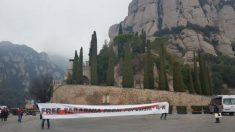 La delegación de Tabarnia despliega una pancarta en Montserrat