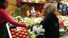 Manuela Carmena visitando un mercado en imagen de archivo. (Foto: Madrid)
