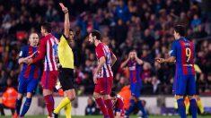 Gil Manzano, expulsando a Luis Suárez en un Barcelona-Atlético (EFE).