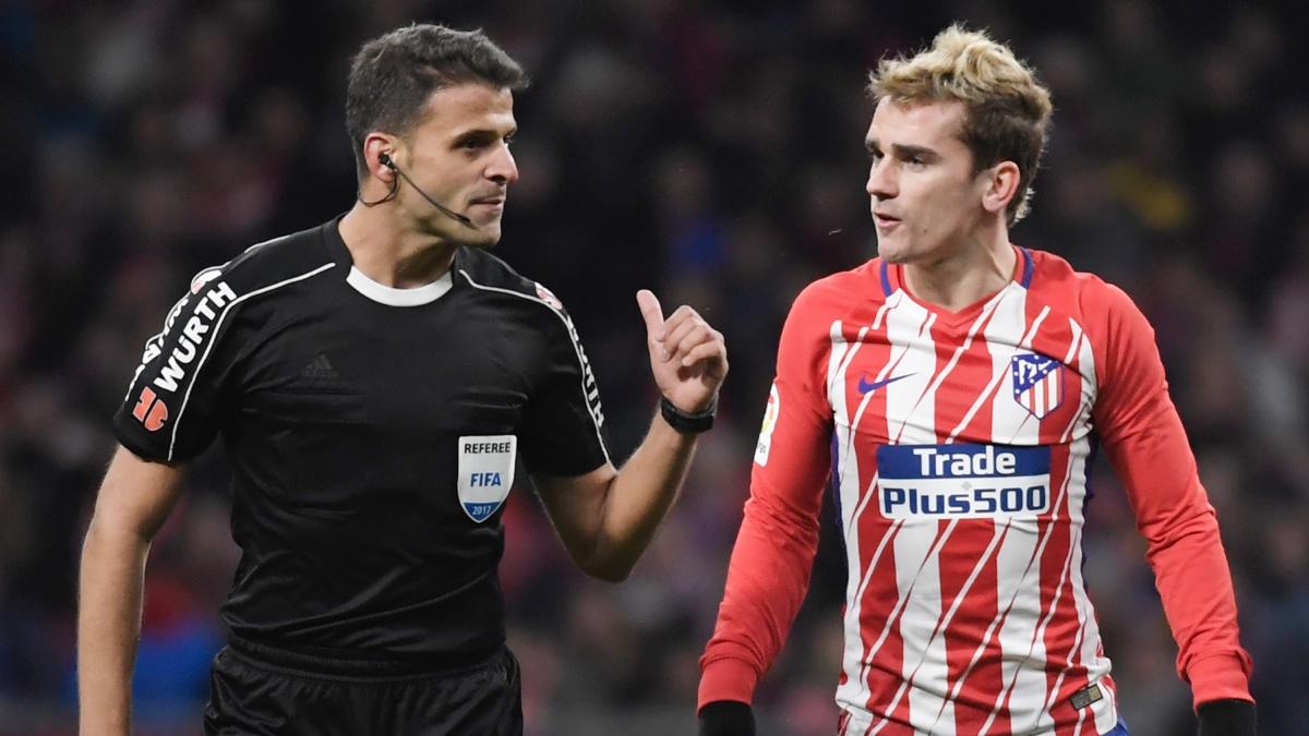 Antoine Griezmann protesta a Gil Manzano durante un partido del Atlético. (AFP)
