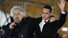El fundador del partido populista italiano 'Movimiento 5 Estrellas', Beppe Grillo (izqda), junto al actual líder de la formación Luigi Di Maio. Foto: AFP