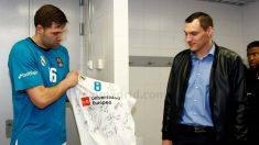 Felipe Reyes le entrega a Maciulis una camiseta en su despedida. (Real Madrid)