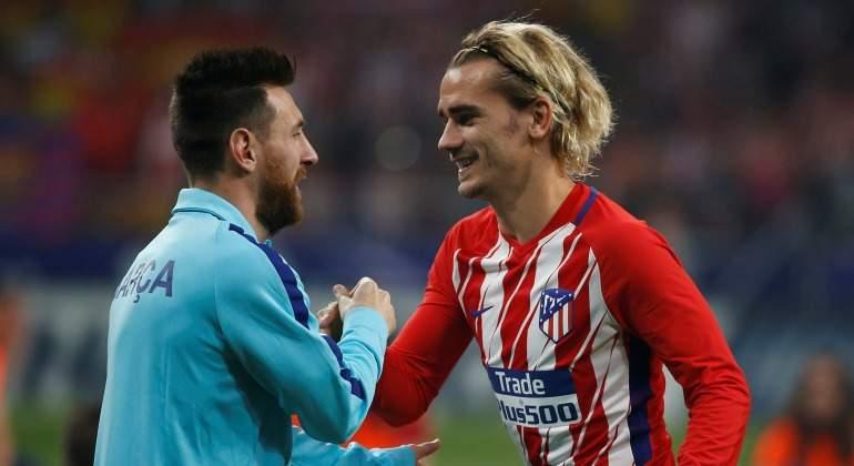 Griezmann y Messi se saludan en el partido de la primera vuelta.