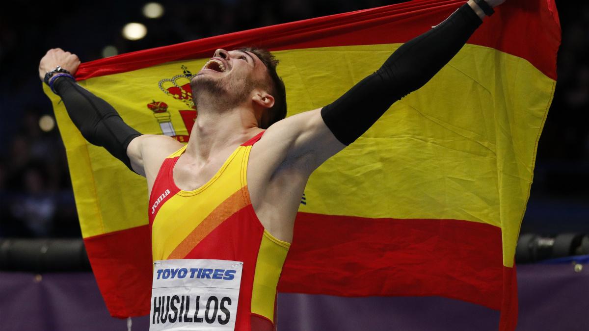 Óscar Husillos celebra su histórica medalla de oro. (AFP)