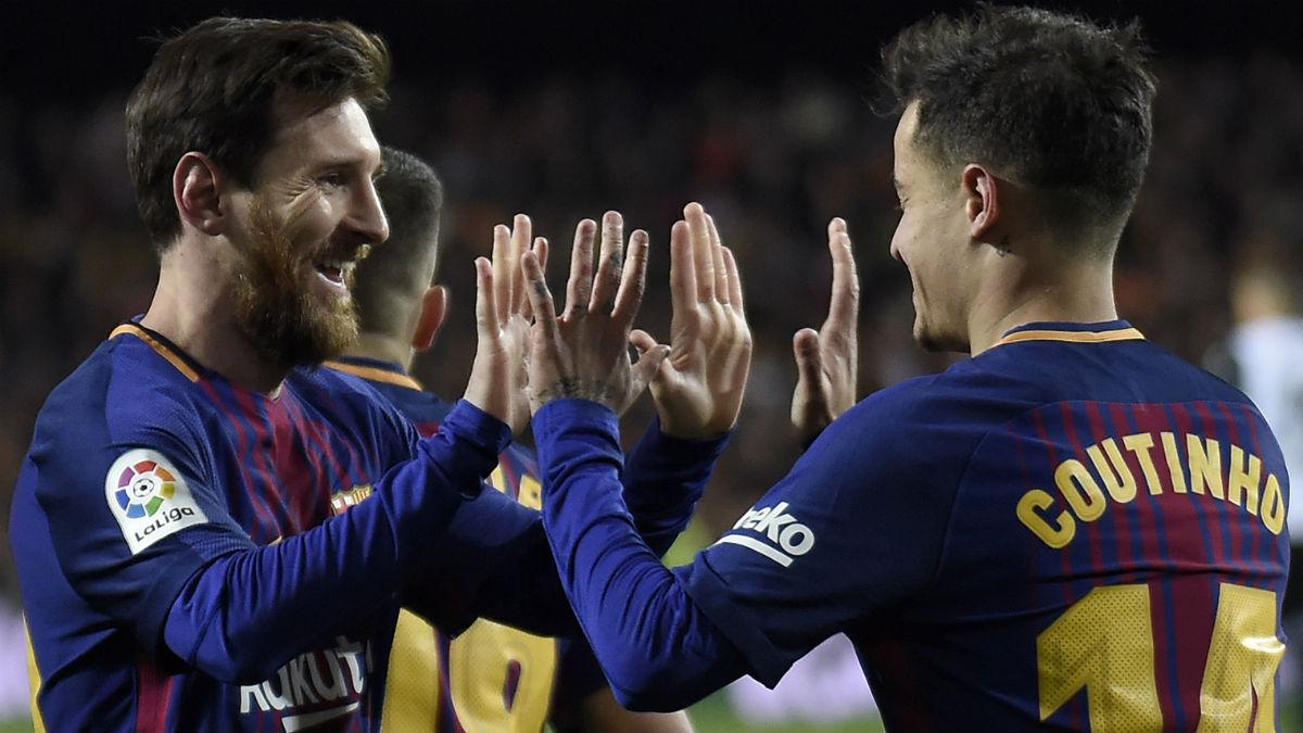 Messi y Coutinho celebran un gol en el Camp Nou. (AFP)