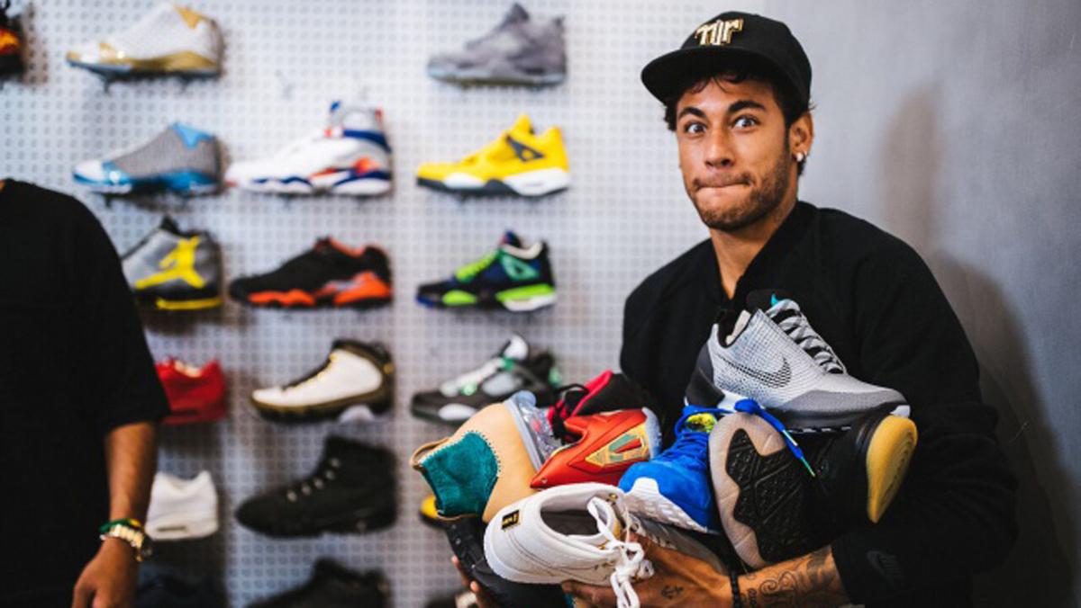 Neymar, con varias zapatillas Nike en sus brazos.