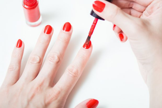 Principales riesgos de pintarse las uñas durante el embarazo