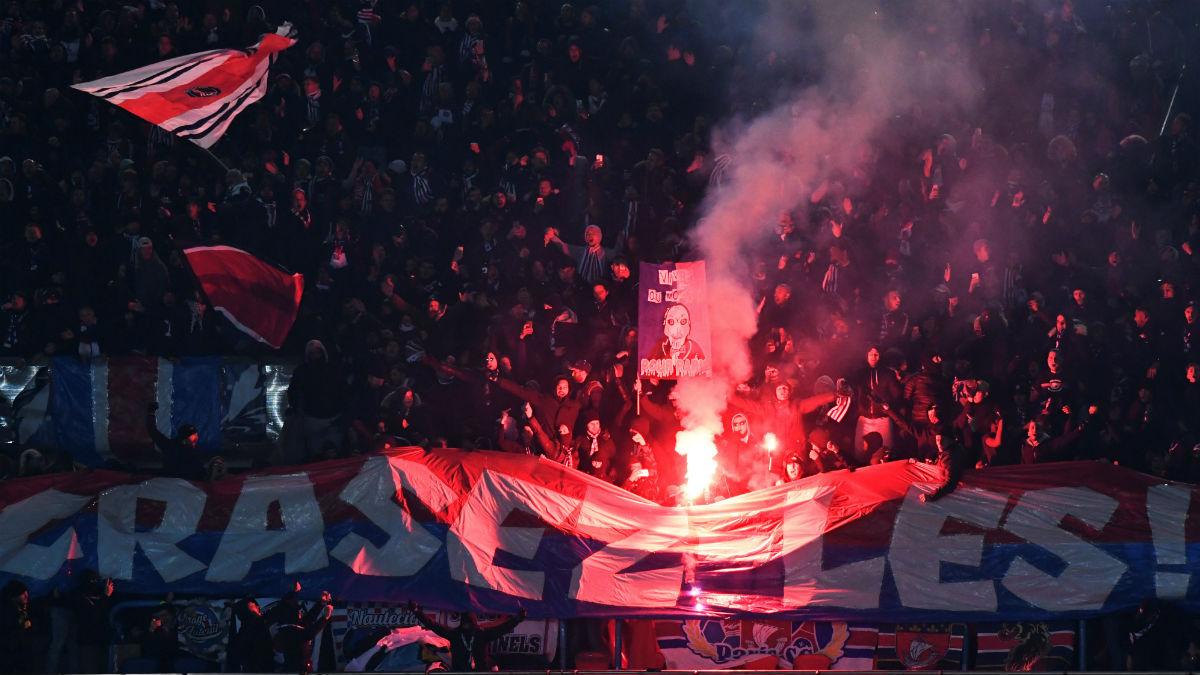 Ultras del PSG en el Parque de los Príncipes. (AFP)