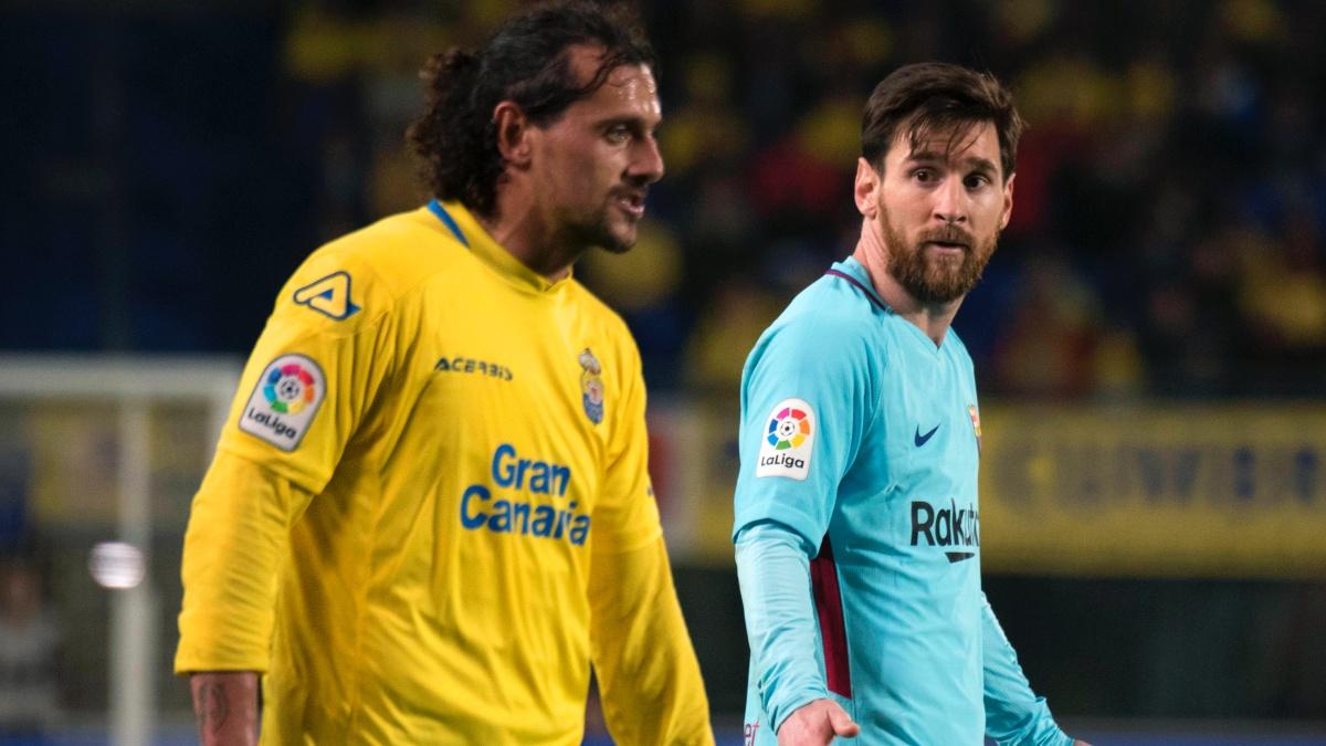 Matías Aguirregaray discute con Leo Messi durante el Las Palmas – Barcelona. (AFP)