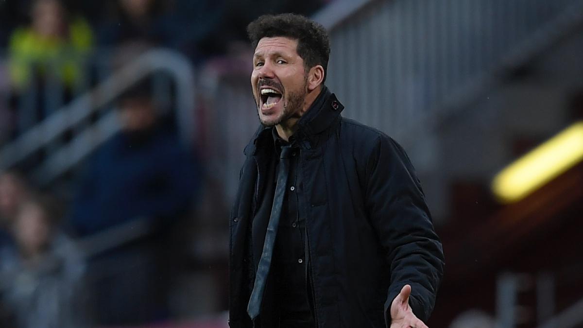 El Cholo Simeone da órdenes durante el Barcelona – Atlético. (AFP)