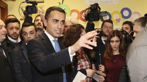 Luigi Di Maio, del Movimiento 5 Estrellas, votando (Foto: AFP)