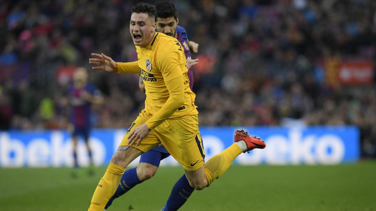 Giménez controla un balón ante Suárez. (AFP)
