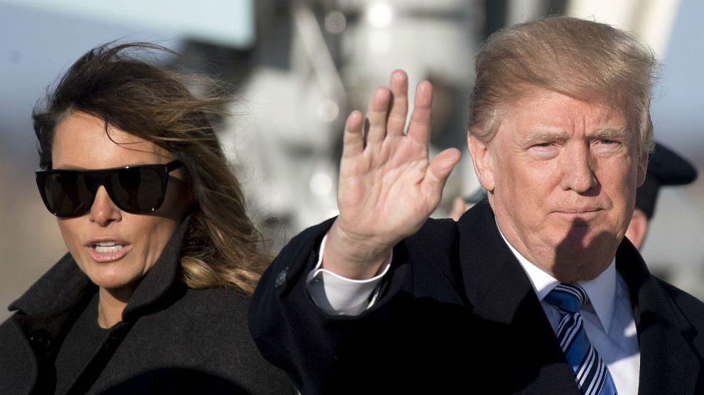 Melania y Donald Trump, bajando del Air Force One. (AFP)
