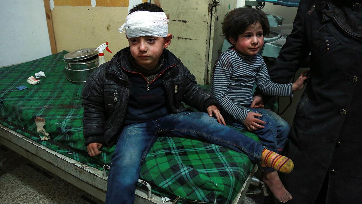 Dos niños lloran tras ser atendidos en un hospital ambulante en Ghuta Oriental, Siria. (AFP)