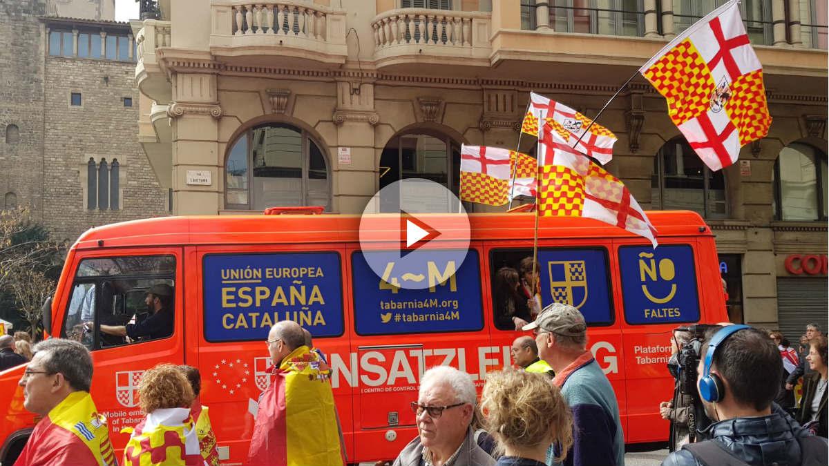 La embajada itinerante de Tabarnia, por las calles de Barcelona. (Foto: Manolo Riera)