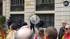 """Miles de tabarneses cantan """"vivas"""" a la Policía Nacional en la vía Layetana de Barcelona. (Vídeo: Manolo Riera)"""